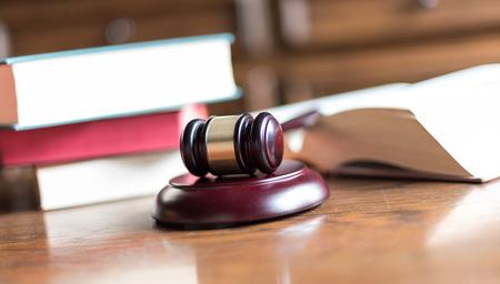 martillo juez: Juzgue el mazo con los libros de derecho Foto de archivo