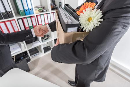 Manager verwelkomt een nieuwe medewerker op het kantoor Stockfoto