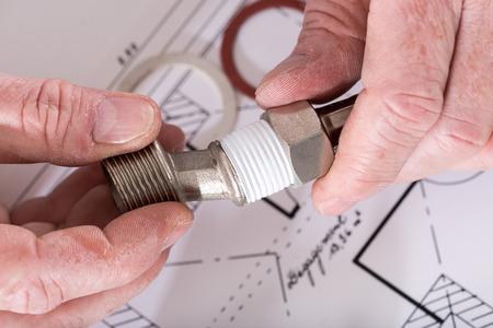cañerías: Plomero atornillar accesorios de plomería, de cerca Foto de archivo