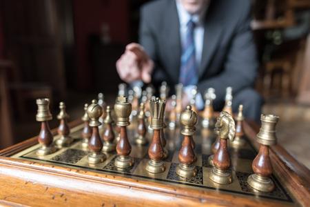 pensamiento estrategico: El hombre de negocios pensando en movimiento estratégico, el concepto de estrategia