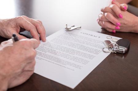 divorcio: El marido de firmar un contrato de separación delante de su esposa (al azar el texto de relleno utilizado Inglés)