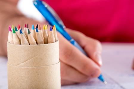 deberes: El estudiante que hace su preparación Foto de archivo