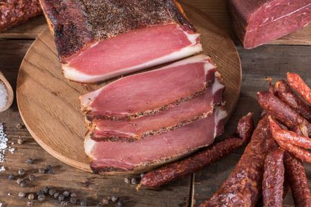 Gerookte worst en vleeswaren op houten achtergrond Stockfoto