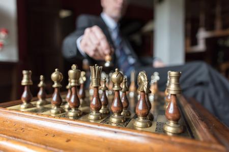 jugando ajedrez: El hombre de negocios jugando al ajedrez, el concepto de estrategia Foto de archivo