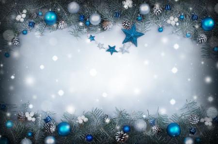 abeto: Fondo de Navidad con un marco de ramas de abeto decorado Foto de archivo