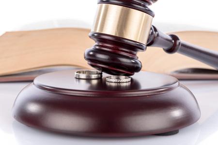 divorce: Martillo del juez con anillos de boda, el concepto de divorcio