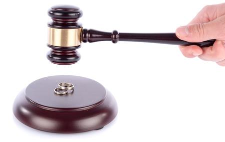 anillos de boda: Mano que sostiene un martillo juez anterior anillos de bodas, aislado en blanco Foto de archivo
