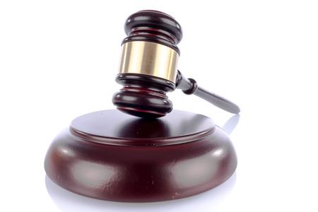 martillo juez: El juez de martillo, aislado en blanco Foto de archivo
