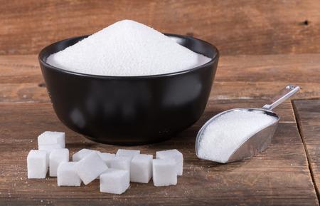 氷砂糖、角砂糖、木製の背景に