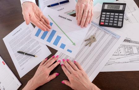 L'agent immobilier montrant la baisse des taux d'intérêt à son client (aléatoire anglais texte factice utilisé)