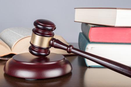 oracion: Juzgue el mazo con los libros de derecho Foto de archivo