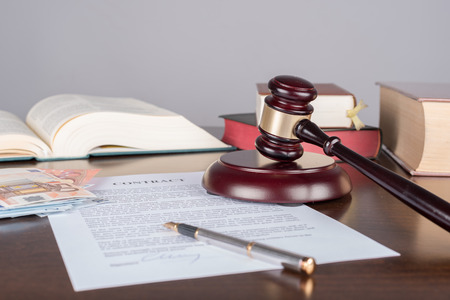 Judge gavel with contract and cash money (random english dummy text used) Banque d'images