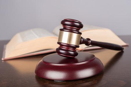 ley: Mazo del juez con el libro de la ley