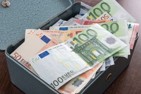 banconote euro: Scatola piena di banconote in euro