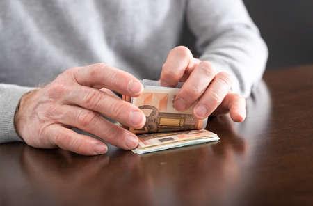 banconote euro: Mani che contano le banconote in euro