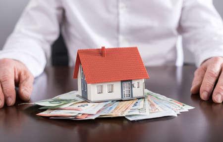 banconote euro: Agente immobiliare e casa sulle banconote