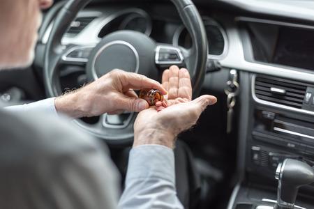 Man die drugs neemt voordat hij zijn auto bestuurt
