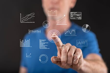 Bemannen Sie das Berühren von Geschäftsdiagrammen auf einem Touch Screen mit seinem Finger