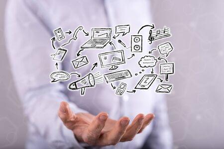 Communicatie concept boven de hand van een man op de achtergrond