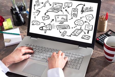 Communicatie concept dat op het laptop scherm wordt getoond Stockfoto