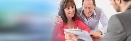 Senior couple meeting real estate agent for investment Foto de archivo