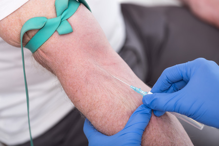 tourniquet: Injection of a catheter in the arm of a patient Stock Photo