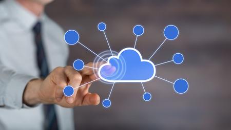 彼の指でタッチパネルにネットワークを雲に触れる男