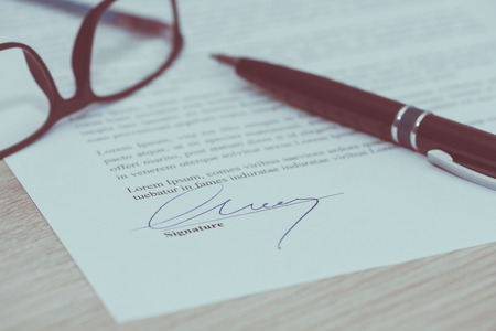서명 된 법적 문서 확대 사진