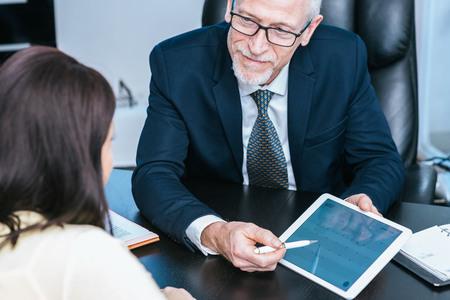 Consultor asesorando a una mujer joven en la oficina