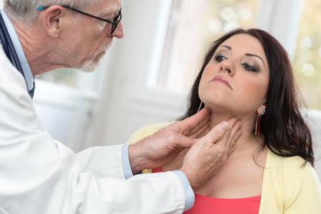 젊은 환자의 갑상선 검사 의사