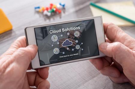 携帯電話でのクラウド ソリューションのコンセプト 写真素材