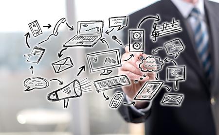 Man raakt een communicatieconcept op een touchscreen met een styluspen Stockfoto