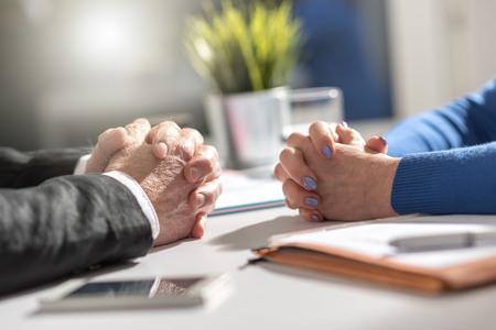 Situación de negociación empresarial entre empresaria y empresario, efecto de luz Foto de archivo