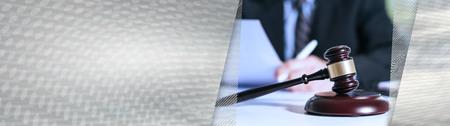 Sędzia młotek z prawnikiem pracującym nad dokumentem prawnym w tle. baner panoramiczny