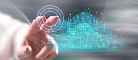 Frau, die ein Cloud-Netzwerkkonzept auf einem Touchscreen mit ihrem Finger berührt Standard-Bild