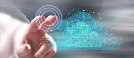 Mujer tocando un concepto de red en la nube en una pantalla táctil con su dedo Foto de archivo