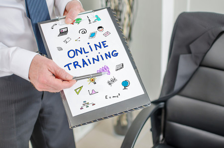Businessman showing online training concept on a clipboard Stockfoto