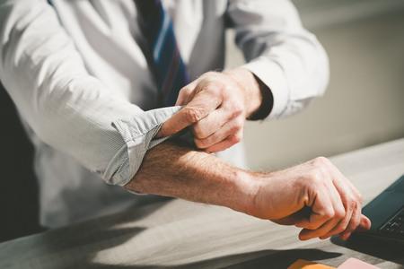 Uomo d'affari rimboccandosi le maniche, concetto di motivazione Archivio Fotografico