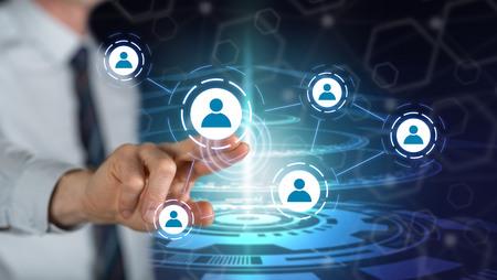 Hombre tocando una red social en una pantalla táctil con su dedo