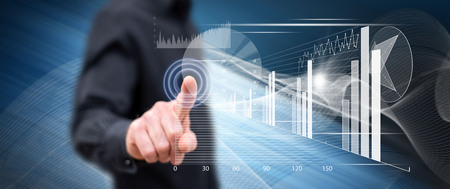 Hombre tocando un concepto de análisis financiero en una pantalla táctil con su dedo Foto de archivo