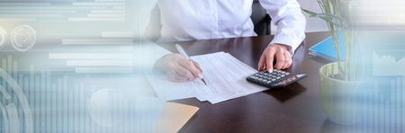 Kobieta robi jej księgowości z kalkulatorem. baner panoramiczny