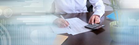 Mujer con calculadora haciendo su contabilidad. banner panorámico
