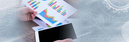 Empresario analizando gráficos financieros con tableta. banner panorámico