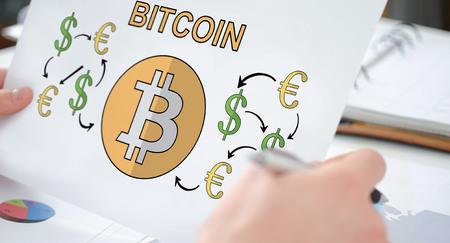 Hände, die ein Papier halten, das ein Bitcoin-Konzept zeigt