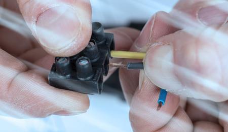 Mano che mette un filo in un connettore; effetto luce