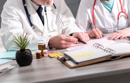 Dos médicos discutiendo sobre los resultados médicos en la clínica Foto de archivo