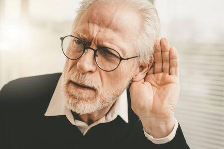 Retrato, de, hombre mayor, teniendo, problemas auditivos