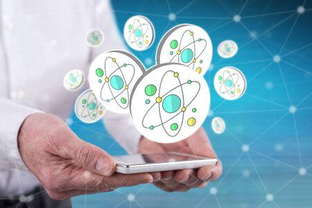 Kernforschungskonzept über einem Smartphone, das von Händen gehalten wird