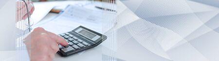 Femme comptable calculant les impôts ; bannière panoramique
