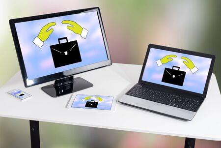 Concepto de seguro de pérdida de empleo que se muestra en diferentes dispositivos de tecnología de la información